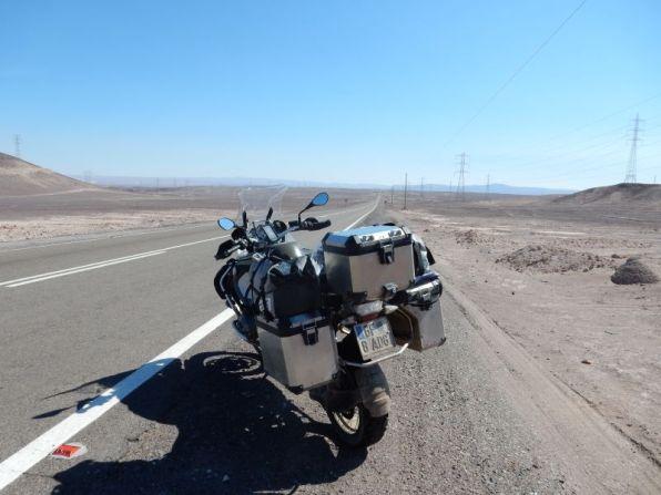 Wüste, Asphalt und ... Strommasten