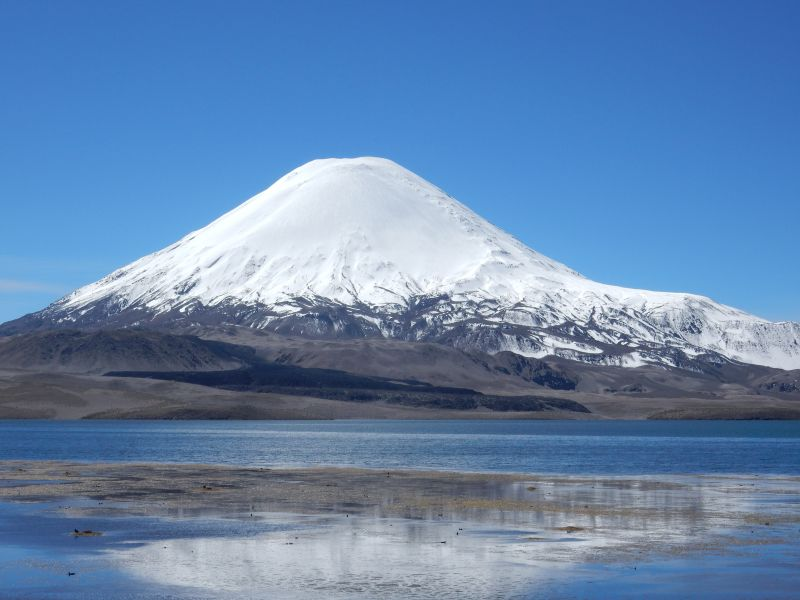 Vulkan Parinacota und Lago Chungará Grenze Chile - Bolivien, 4.566m über dem Meer