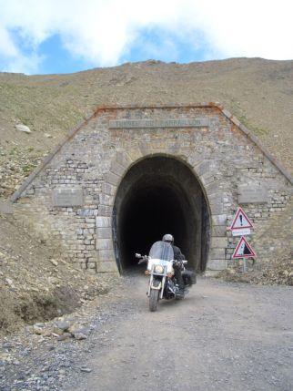 Tunnel du Parpaillon - Philipp mit einem nicht artgerechten Fahrzeug. Die Tankwartin in Jausiers kriegte sich kaum ein vor Staunen.