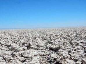 Der Salar de Atacama hat eine sehr rauhe Oberfläche