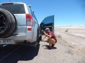Wenn es mitten in der Wüste den Reifen zerlegt ...