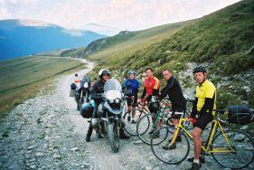 Zum Paso Urdele - die Bereifung der bulgarischen Biker ist sehenswert