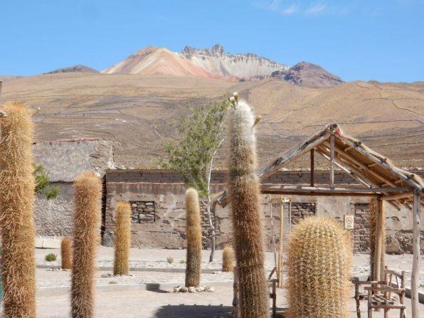 Plaza in Coqueza, im Hintergrund der Vulkan Tunupa