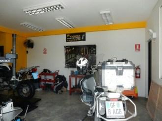 Bei Touratech in Lima entdecke ich das Bike von Harald Häninger, ein Tiroler, der 2015 durch Peru fuhr. Jetzt fährt ein Brite damit ...