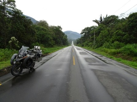 Auch im Regenwald sind die Straßen endlos ...
