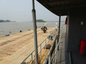 Über den Grenzfluss von Brasilien nach Bolivien bei Guajara-Mirim. Der Zöllner und der Hafenmeister wollten mich zwei Tage nicht abfertigen - habe mir eine bolivianische Balsa organisiert: Allein auf der Fähre.