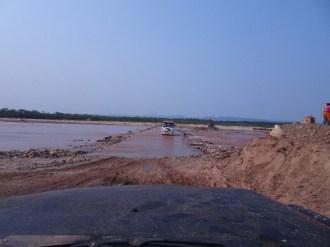 Auf dem Weg in den Amboro Nationalpark. Die alte Frau im Fluss haben wir dann mitgenommen - über den Fluss und weitere 15 km. Die hätte zwei Tage gebraucht ...