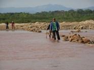 Es wird viel zu Fuss gegangen im Amboro Nationalpark - ich als Tourist, die Leute im Alltag