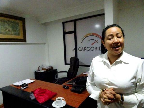"""""""Cargorider"""" in Bogota. Mit Veronica treffen wir alle Vorbereitungen für den Motorradversand von Bogota nach London."""