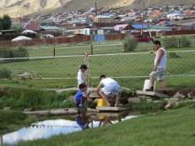 Uliastai - Auch in Städten ist die Wasserversorgung nur sehr bedingt vorhanden. Mit Kanister wird das Wasser in die Häuser gebracht!