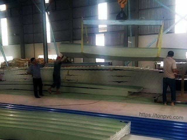 Hình 03 : bốc hàng lên xe cho nhà máy phân bón Phát Thiên Phú - Đồng Nai, Tôn Nhựa ASA/PVC màu Xanh Ngọc