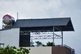 Hình 04 : bên trái nhà mặt tiền Lũy Bán Bích, cải tạo sân thượng
