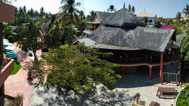 Hình 01 : mái lá trước khi cải tạo bằng Ngói Nhựa ASA/PVC màu Xám Đen, Little Mui Ne Cottages Resort - Bình Thuận