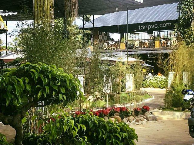 Hình 03 : hàng cây Quán cà phề Đôi Dép - Lâm Đồng, Ngói Nhựa ASA/PVC màu Xám Đen