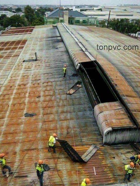 Hình 01 : mái cũ của Nhà Máy Phân Bón Ba Con Rồng, Long An - Tôn Nhựa ASA/PVC màu Xám Đen