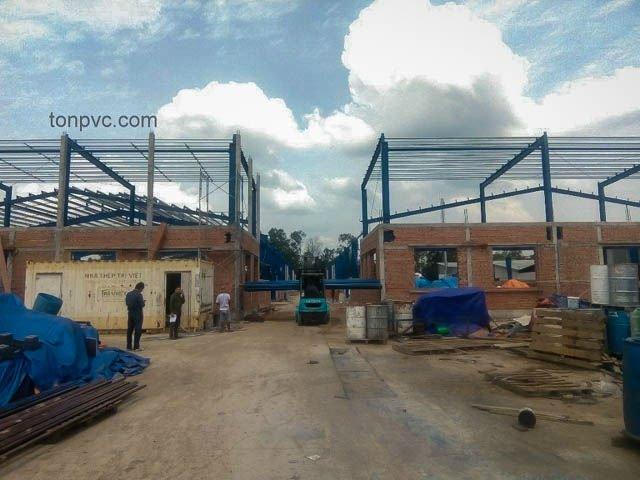 Hình 03 : kết cấu khung thép mới của Nhà Máy Phân Bón Ba Con Rồng, Long An - Tôn Nhựa ASA/PVC màu Xám Đen