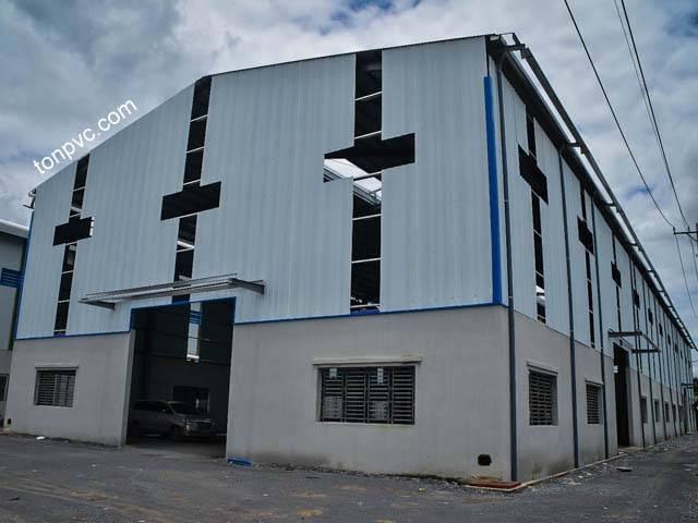 Hình 03 : cửa chính Nhà máy thực phẩm Hòa Khánh - Long An, Tôn Nhựa ASA/PVC màu Trắng Sữa