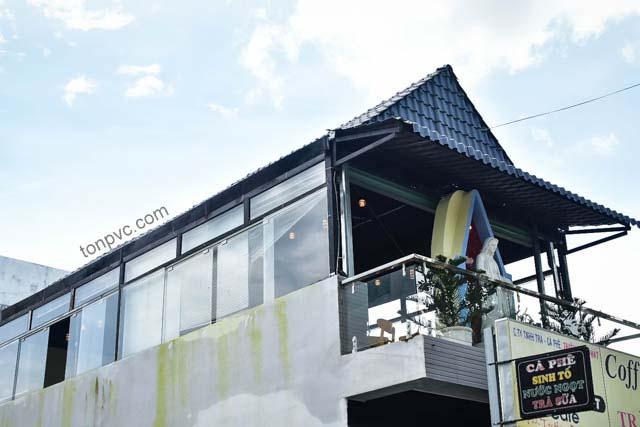 Hình 02 : mái hiên Quán cà phê Cát Tường Phú Sinh - Long An, lợp mái Ngói Nhựa ASA/PVC màu Xám Khói
