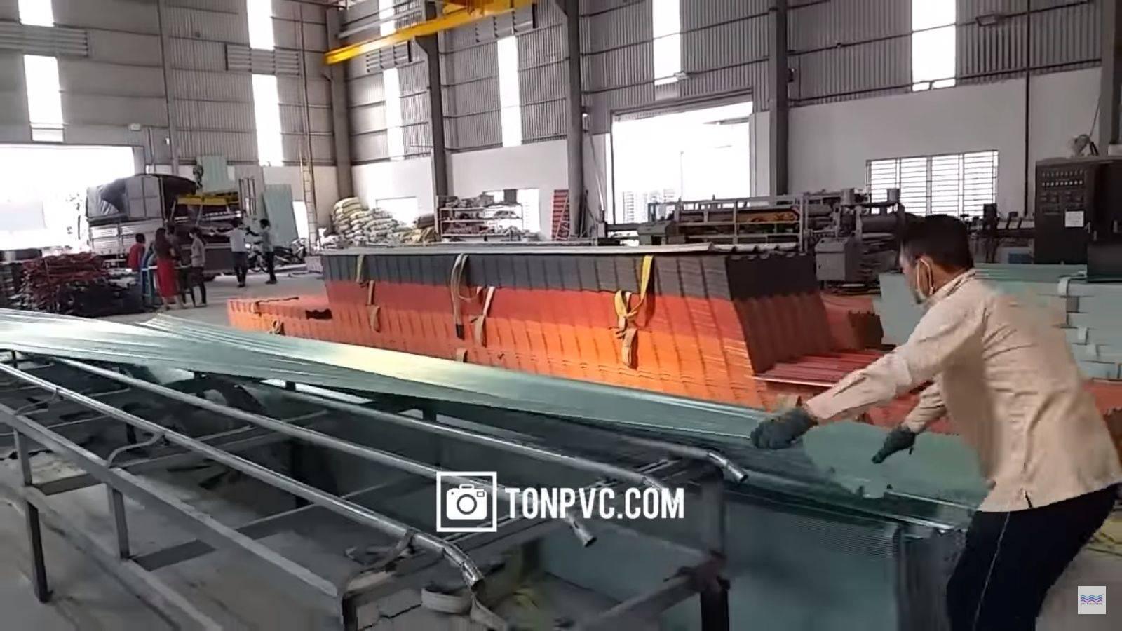 hoạt động sản xuất tấm lợp nhựa pvc