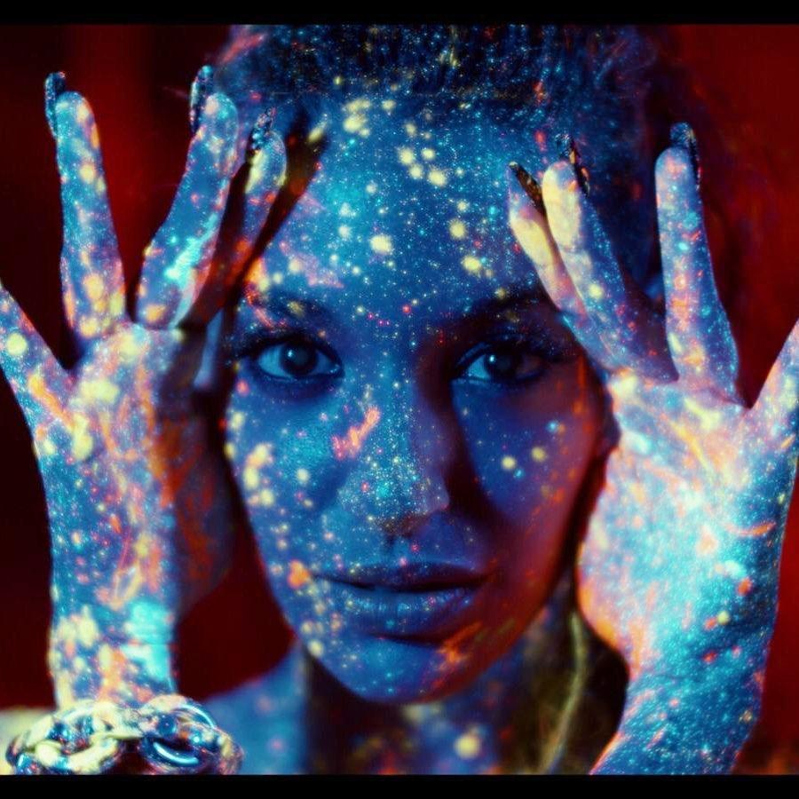 Ana Guerra en el videoclip de Listo Va