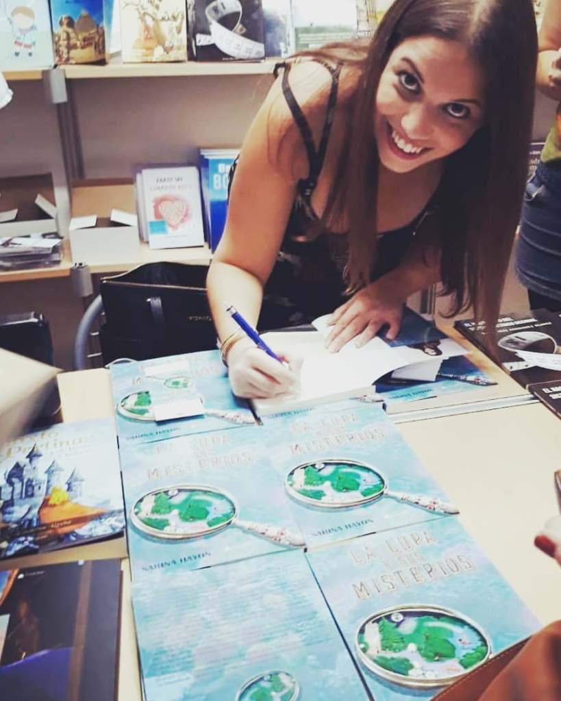 Sarina Hayon firmando su libro La Lupa y sus Misterios