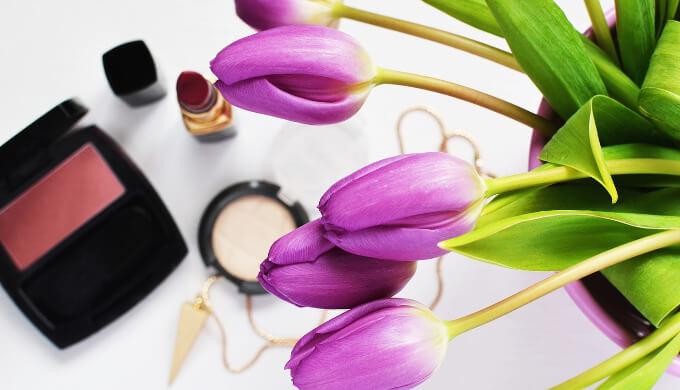 花とメイク道具