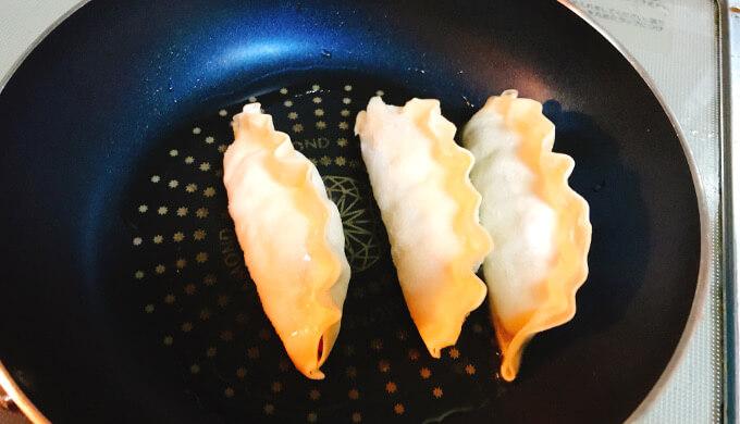 キムチ王餃子(焼くとこ)