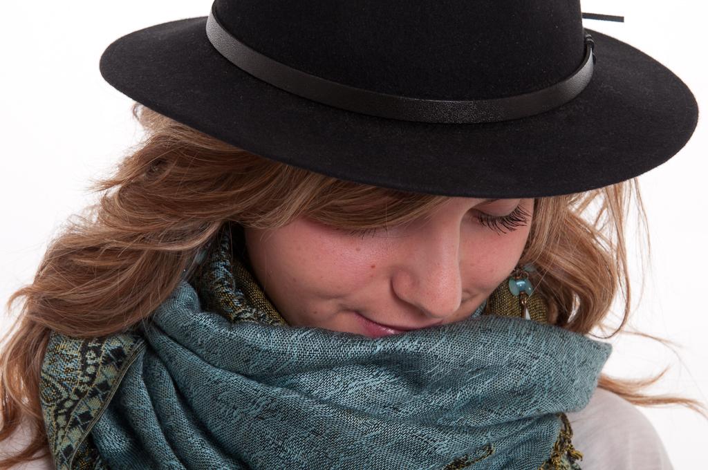 Belle au chapeau et au foulard de soie.
