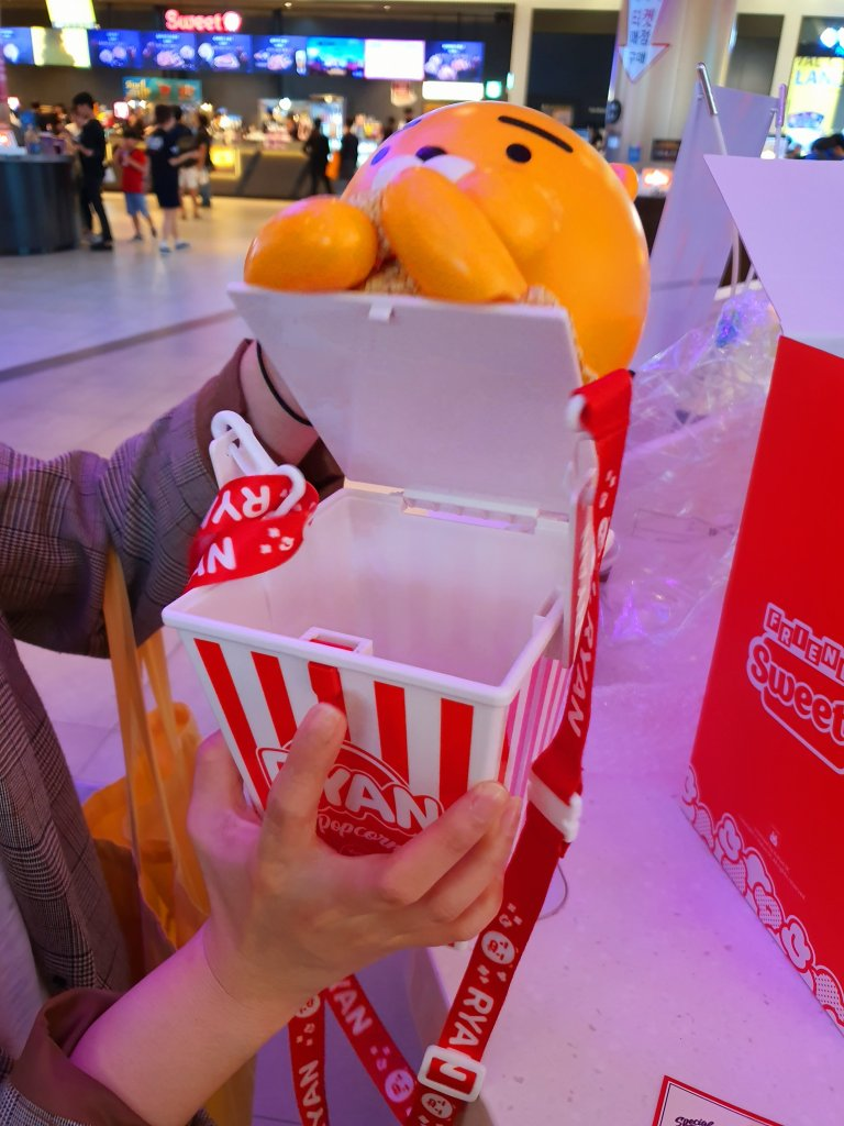 롯데시네마에서 파는 카카오프렌즈 팝콘통은 3번의 리필 쿠폰을 제공한다. LOTTE Cinema offers three popcorn re-fill coupon if buying popcorn box of KAKAO Friends