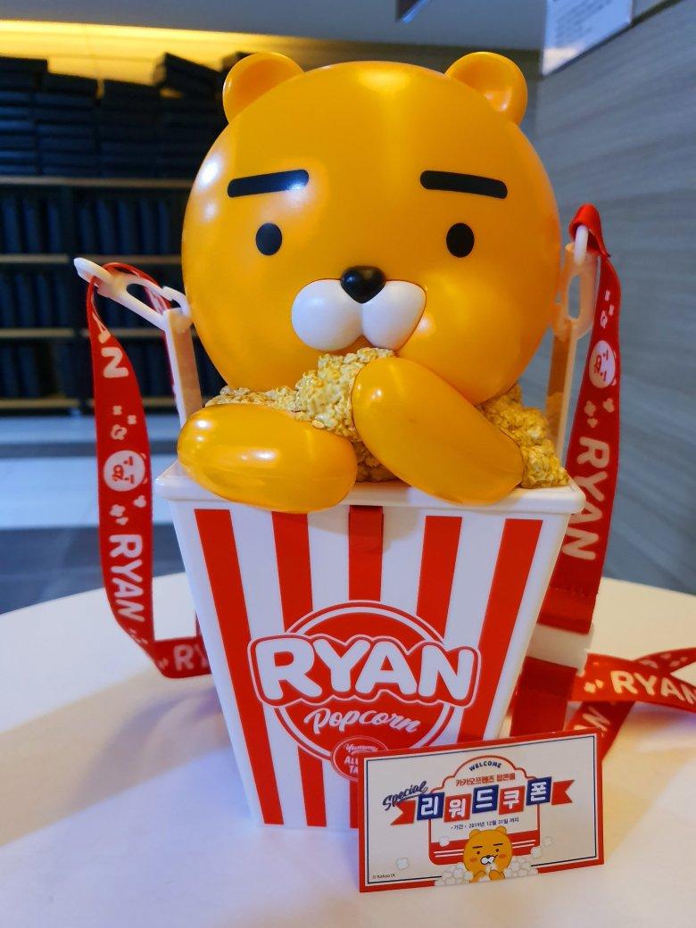 팝콘을 물고 있는 카카오 캐릭터의 모습 (라이언) KAKAO character product, called 'Ryan', biting a popcorn.
