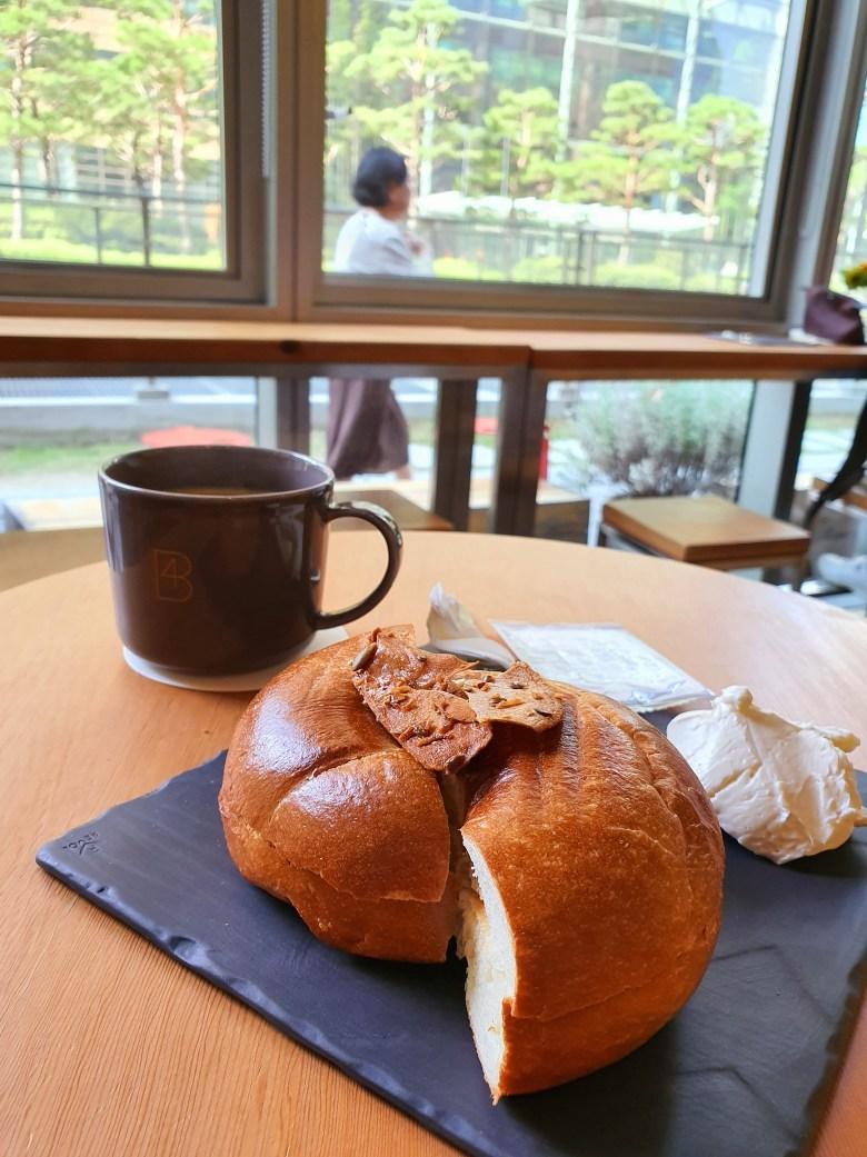 갓 나온 베이글과 드립커피 (with 플레인 크림치즈) Hot Bagel and Drip Coffee (with Plain Cream Cheese)