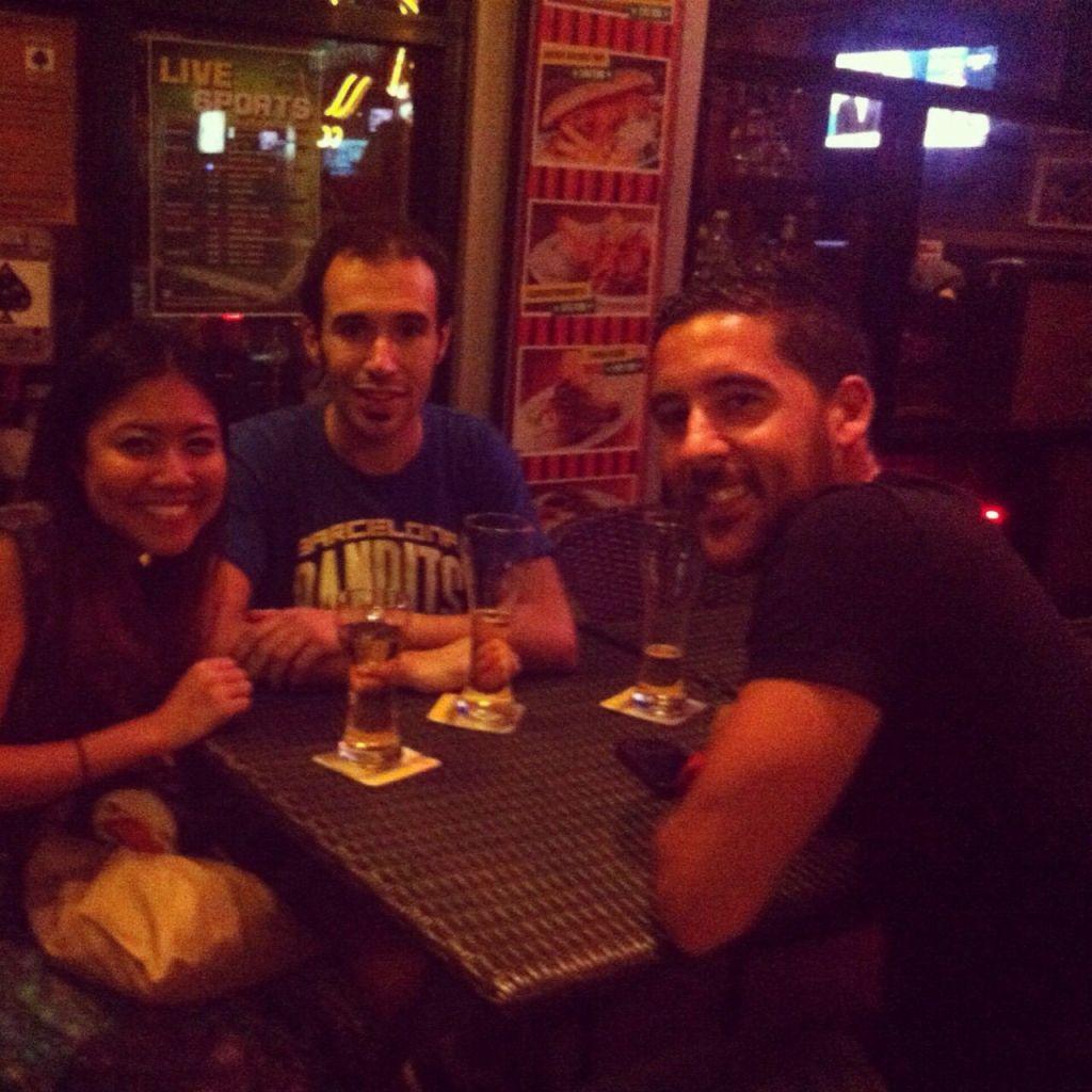 Tomando unas cervezas con unos amigos en Bangkok :)