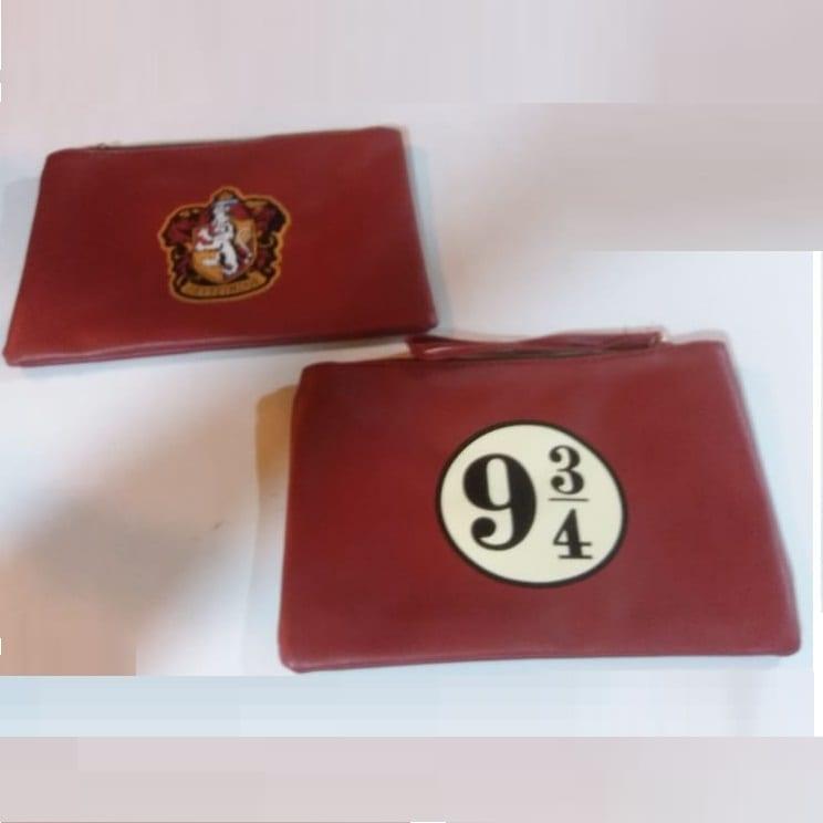 Cosmetiquera Anden 9 3/4 PT Harry Potter Fantasia en Cuero Color Vinotinto