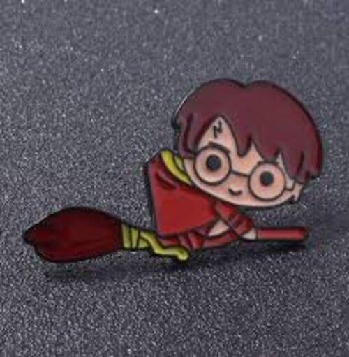 Pin Metálico Harry Potter PT Fantasía en Escoba Chibi