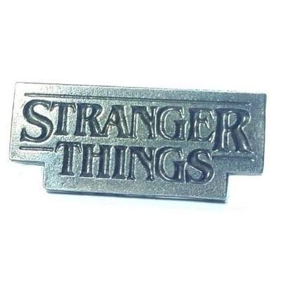 Pin Metálico Logo Stranger Things TooGEEK Series
