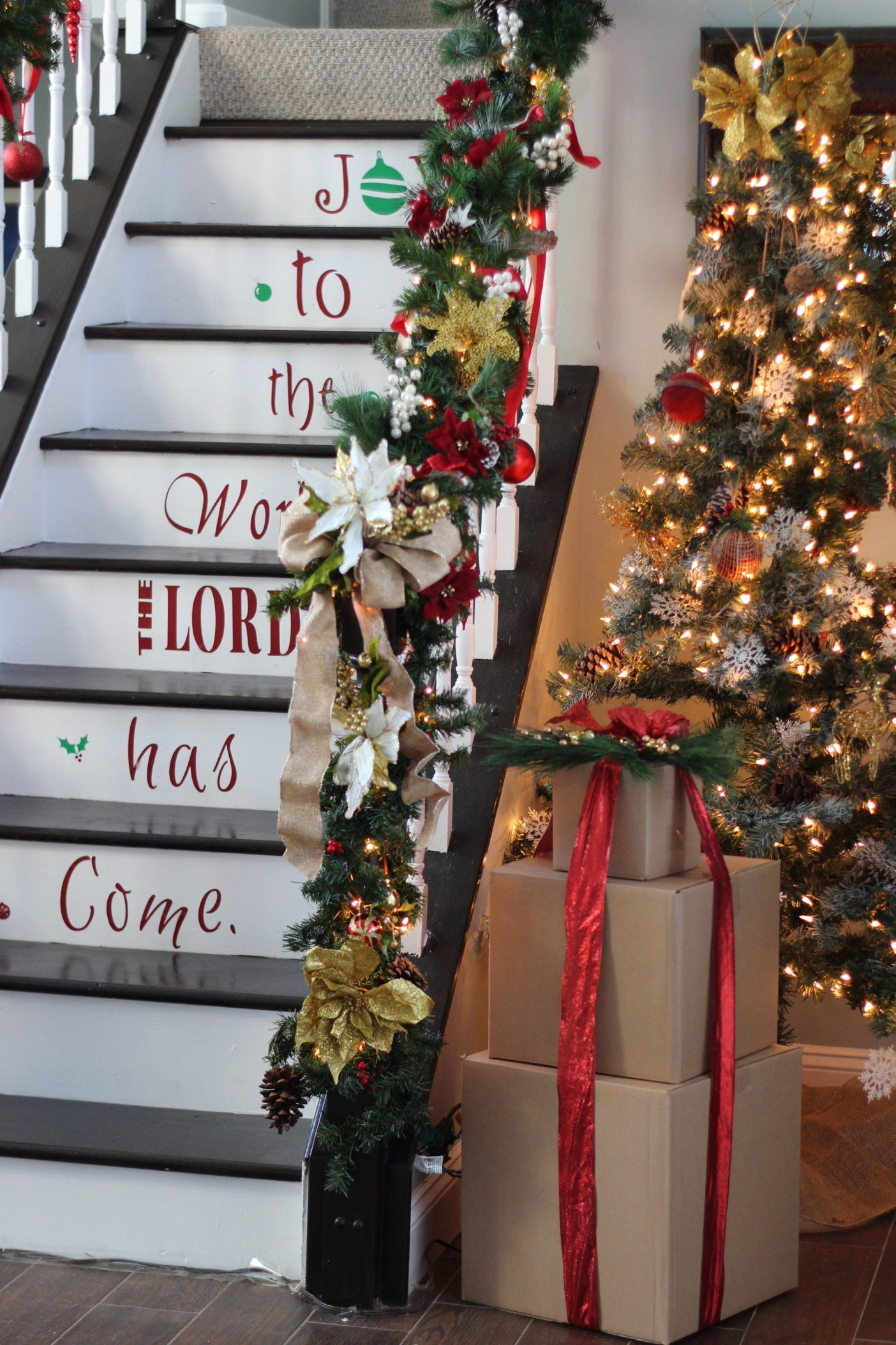 Create an amazing Christmas staircase on a budget #diy #DIYProject #christmas #christmasdecor #stairs #toolboxdivas @Toolboxdivas