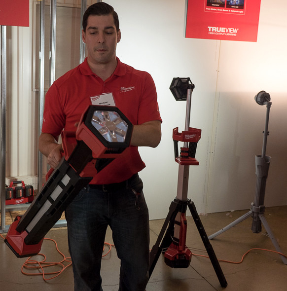 Milwaukee M18 LED Tripod Worklight Side Carrying