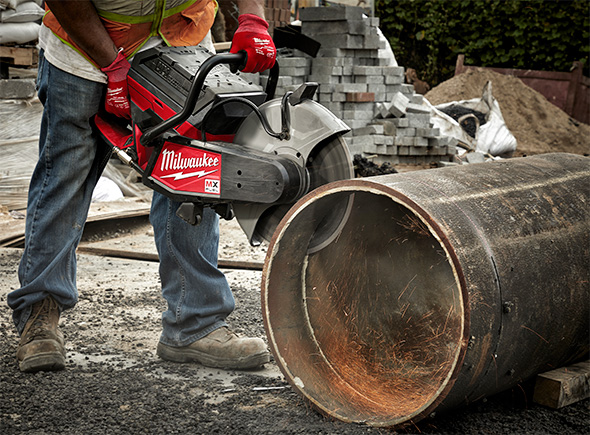 Milwaukee MX Fuel Cordless Cut-Off Saw Cutting Large Pipe