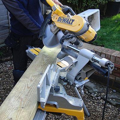 Wood sawing on a DEWALT DWS780
