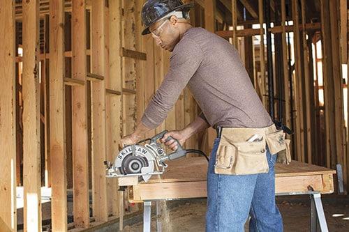 Cutting wood on SKILSAW SPT77W-01