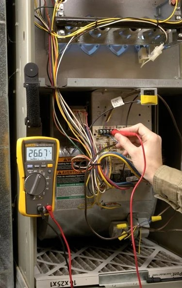 A man measuring with Fluke 113