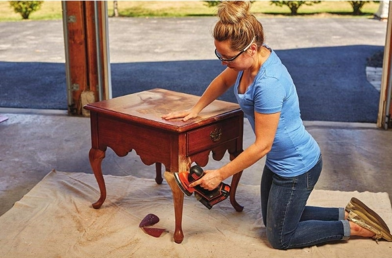 A women working with BDCMS20 MOUSE® Detail Sander