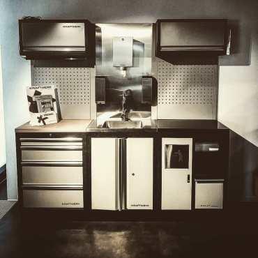 Nuevo módulo con pica lavamanos de inox y grifo con panel posterior. Es lo que necesitas en tu garage!  @kraftwerktools• • • • • •#kraftwerktools #sink #kitchen #tools #instagood #love #besttools #kraftwerk #muebledetaller #mobiliariotaller  #bancodetrabajo #carrodetaller #carroherramientas #herramientas #herramientasprofesionales #protools
