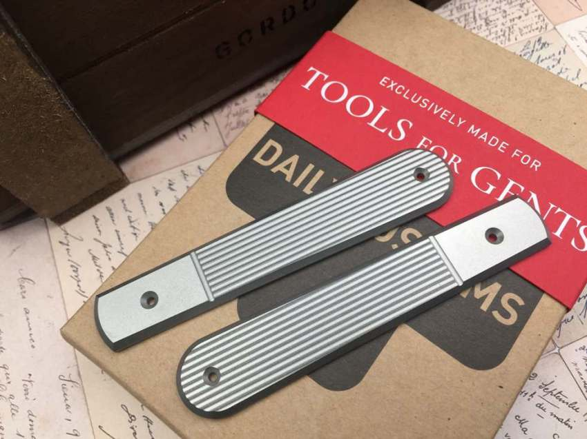 lionsteel_collectorknives_Roundhead_shuffler_dom-Daily-Customs-Scales-TFG-Edition_brass_copper_titanium_pinstripes_angle_plain