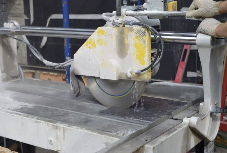 A running tile saw
