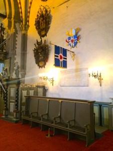 Piiskoppide pink, nimetahvel, EELK app ja lipp Tallinna tomkirikus