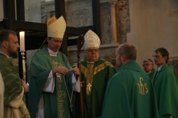 Vast ordineeritud preestrid saavad ametiristi peapiiskopilt Foto: Ingrid Mäsak