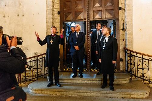 Peapiiskop Urmas Viilma ja õpetaja Arho Tuhkru võõrustamas Saksamaa Liitvabariigi presidenti Frank-Walter Steinemeierit Tallinna Toomkirikus