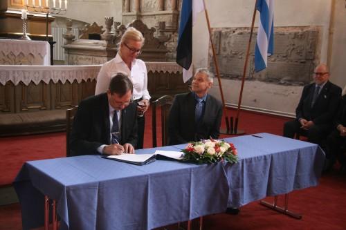 Linnapea allkirjastab