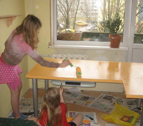 Lapsed värvivad oma laua ise ära